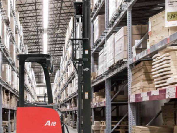Chi tiết về xe nâng reach truck đứng lái 1.8 tấn